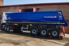 New semi-trailer for transportation of quartz sand