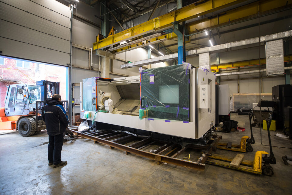 unloading of a metalworking machine for production